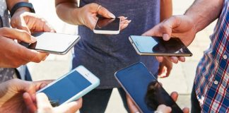 ក្រុមយុវជនប្រើប្រាស់ទូរស័ព្ទឆ្លាតវៃ (Smartphone)។