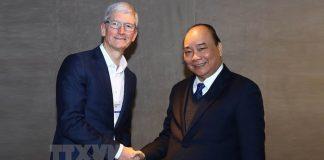 នាយកប្រតិបត្តិក្រុមហ៊ុន Apple លោក Tim Cook (ឆ្វេង) ចាប់ដៃជាមួយនាយករដ្ឋមន្ត្រីវៀតណាម លោក Nguyen Xuan Phuc កាលពីថ្ងៃទី២៣ ខែមករា ឆ្នាំ២០១៩។ Photo: VNA