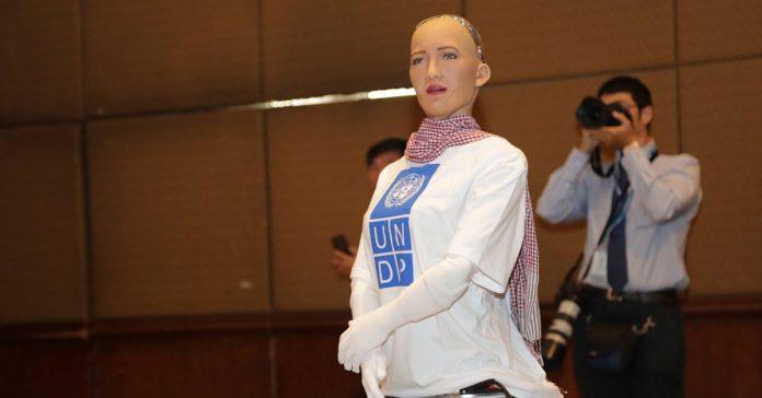 បញ្ញាសិប្បនិម្មិតកញ្ញា សូភា (Sophia the Robot) ចូលរួមក្នុងសន្និសីទចក្ខុវិស័យប្រទេសកម្ពុជាលើកទី១៣ នៅទីក្រុងភ្នំពេញ ថ្ងៃទី២៦ ខែមីនា ឆ្នាំ២០១៩។ Photo/PM Hun Sen Facebook Page